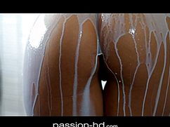 Обалденная брюнеточка обливается молоком перед сексом