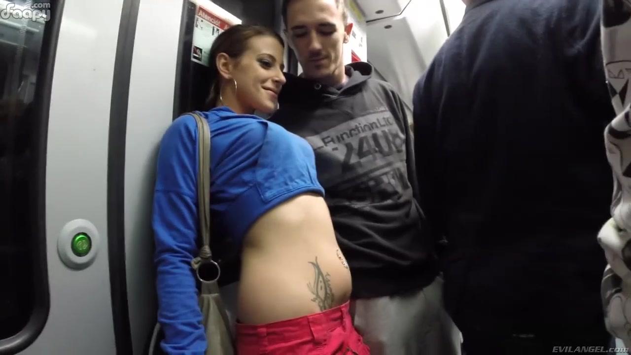 Два парня дрочат в метро — img 2