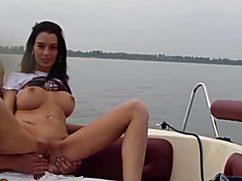 Мужик трахнул на катере сексуальную брюнетку