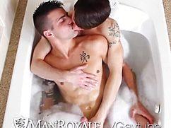 Милый парень дрочит в ванной маленький писюн любимого друга