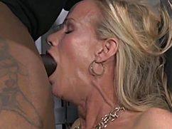 Огромная секс машина рвет пизду сексапильной блондинке
