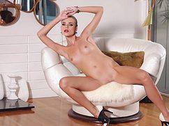 Очень сексуальная девушка эротично представила свое тело