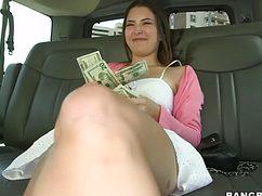 Молодая брюнетка охотно занялась сексом за деньги с парнем