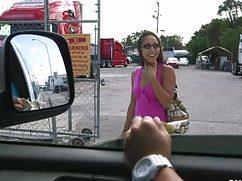 Продала свою писю за деньги в машине с не знакомыми мужиками