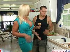 Пышечка блондиночка изменяет мужу с молодым парнем