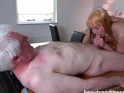 Похотливая студентка пососала старику и переспала с ним
