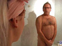 Озверевший мужик и девушка устроили безумный секс по всему дому