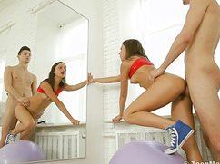 Сексапильная спортсменка с удовольствием дает фитнес тренеру