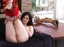 Бледнокожая брюнетка эффектно мастурбирует на диване