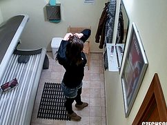 Парень вуайерист установил скрытую камеру в солярии