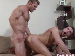 Страстный самец жестко трахает друга в анальное отверстие