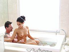 Пошловатый самец хорошенько трахает в ванной подружку