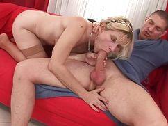 Зрелая женщина соскучилась по члену молодого парня