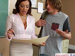 Сексуальная учительница воспользовалась парнем в своих целях
