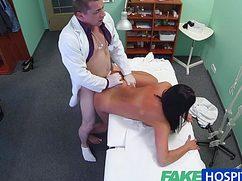 Молодая сучка на члене у доктора во время приёма