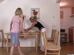 Зрелая и молодая дамы устроили себе женские посиделки