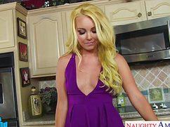 Страстная блондинка стонет на кухне от жаркого секса