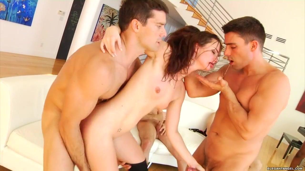 Порно как 3 парня имеют 1красивую телку во все дырки