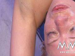 Страстные самцы заливают спермой девушку и ее лицо