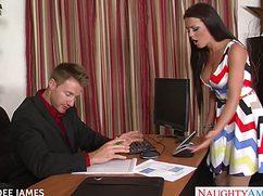 Мужик насадил на член секретаршу и кончил в ее носик