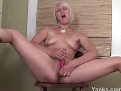 Блондинистая сучка мастурбирует на стуле секс игрушкой