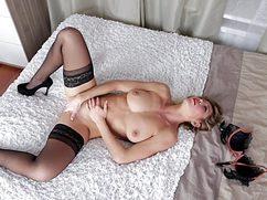 Шикарная блондинка устроила соло в постели с утра пораньше
