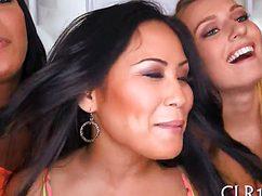 Упругие сиськи на вечеринке от самых жарких девушек