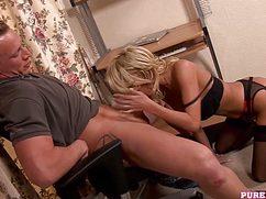 Блондинка насаживается на член одинокого мужчины в соку