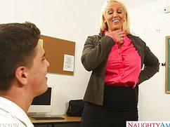 Худощавый студент через силу ублажил училку в возрасте