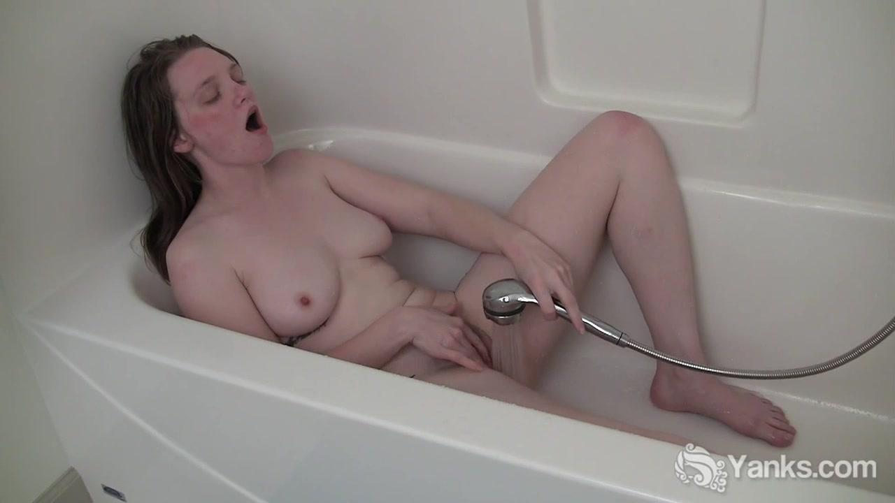 Видавшая виды шлюха принимает душ