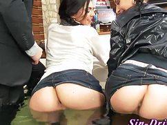 Секс в джакузи с одетыми возбужденными девушками