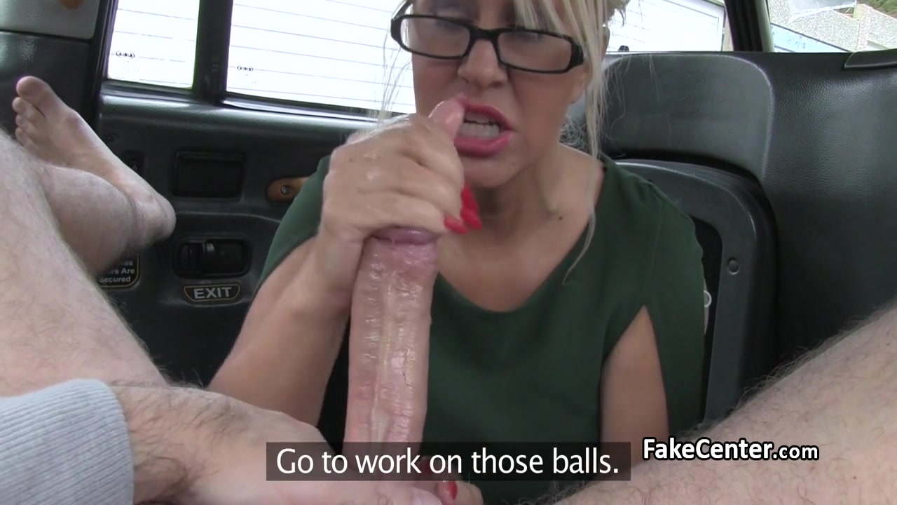 Блондиночка расплатилась с таксистом натурой