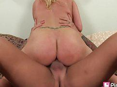 Трахает между титек потрясающую блондинку