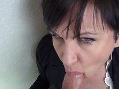 Солидная бухгалтерша берет в рот у своего коллеги