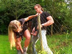 Соседский мужик сует в рот через сетку клевой блонде