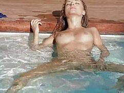 В прозрачной воде бассейна нежилась сексуальная гибкая телка