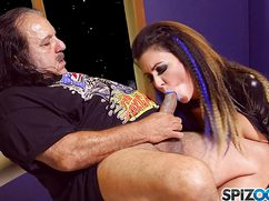 Гламурная проститутка отсасывает жирной свинье