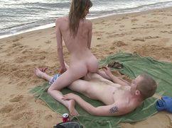 Избавившись от вещей они трахнулись на пляже