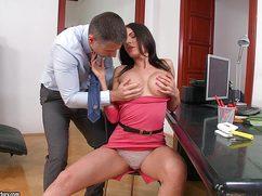 Женатый босс удовлетворяет секретаршу анально