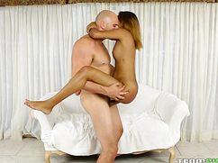 Лысый бородач голую ебет на руках у дивана