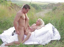 Блондинка со своим парнем вышли в горы поебаться