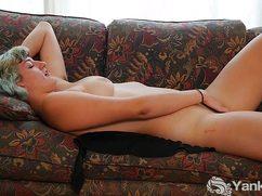 Похотливая мамзель дрочит лежа на диване
