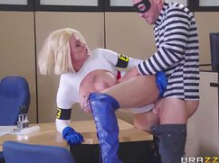 Блондинка активно трахается пиздой на полу