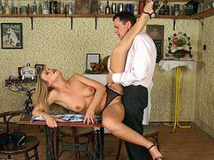 Сняв белую рубашку чел выебал на столе симпотную блондинку