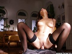 Сексуальная чувиха страстно трахается в чулках