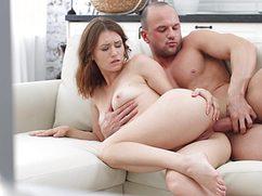 Страстно оприходовал девушку на диване в попку