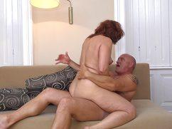 Умелая жена член мужа успешно обработала своими дырками