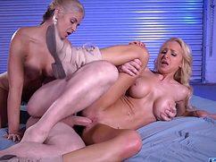 Девушки довольные большим членом самца играют