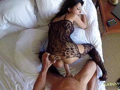 Брюнетка в эротическом наряде трахается с лысым наездником