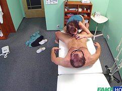 На кушетке чувиха отдалась доктору в пизду